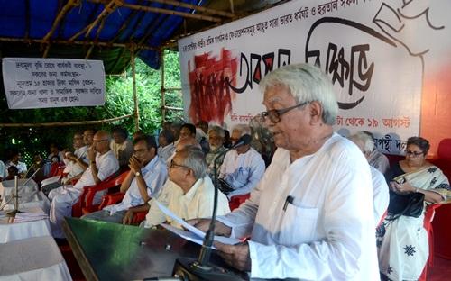 LF Chairman Biman Basu addressing the dharna